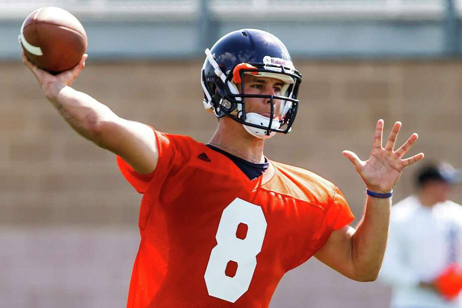 UTSA quarterback Eric Soza prepares to thow a pass during the first day of fall practice for the Roadrunners at Dub Farris Stadium on Aug. 5, 2012.  MARVIN PFEIFFER/ mpfeiffer@express-news.net Photo: MARVIN PFEIFFER, Express-News / Express-News 2012