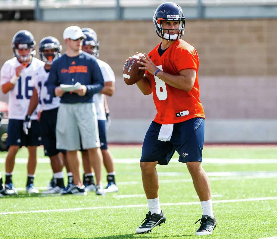 UTSA quarterack Eric Soza looks downfield for a receiver during the first day of fall practice for the  Roadrunners at Dub Farris Stadium on Aug. 5, 2012.  MARVIN PFEIFFER/ mpfeiffer@express-news.net Photo: MARVIN PFEIFFER, Express-News / Express-News 2012