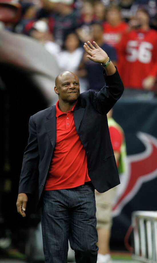 Former Houston Oilers quarterback Warren Moon waves to the crowd as he was introduced during player introductions during  an NFL football game at Reliant Stadium, Dec. 4, 2011, in Houston.  ( Karen Warren / Houston Chronicle ) Photo: Karen Warren / © 2011 Houston Chronicle