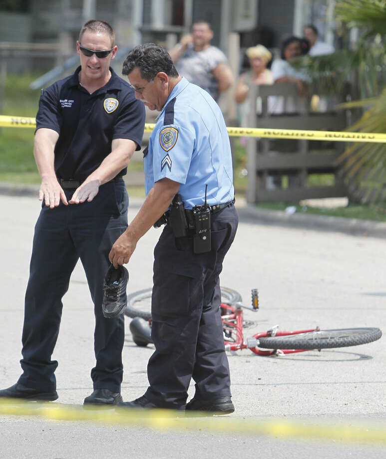A paramedic and an HPD officer discuss the fatal accident on Tuesday. (Mayra Beltran/Chronicle)