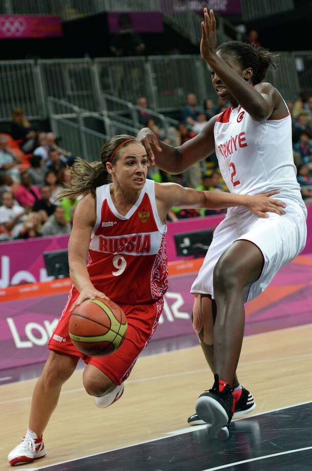 Russian guard Becky Hammon (L) vies with Turkey's Kuanitra Hollingsvorth during the women's quarter final basketball match Turkey vs Russia at the London 2012 Olympic Games on August 7, 2012 at the North Greenwich arena in London.    AFP PHOTO / MARK RALSTONMARK RALSTON/AFP/GettyImages Photo: MARK RALSTON, AFP/Getty Images / AFP