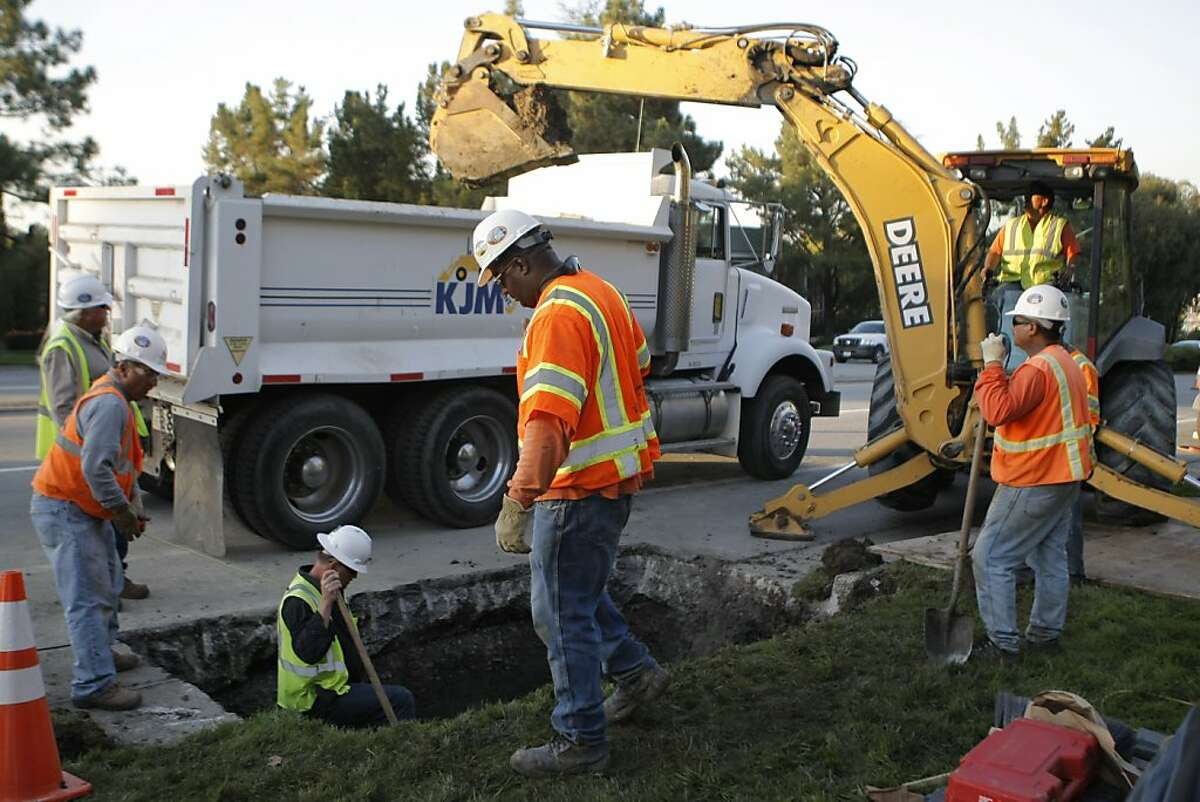 PG&E workers repair a pinhole leak found in Line 132, a natural gas line running through Palo Alto, Calif., on Tuesday Nov. 8, 2011.