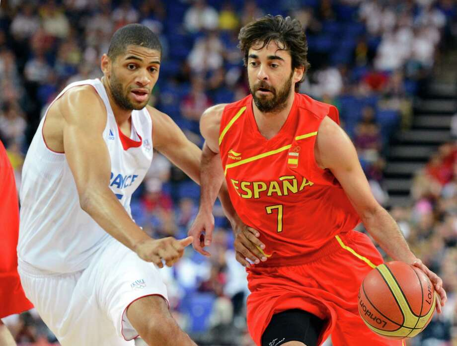 LONDON, ENGLAND - AUGUST 08:  Juan-Carlos Navarro #7 of Spain drives on Nicolas Batum #5 of France in the first half during the Men's Basketball quaterfinal game on Day 12 of the London 2012 Olympic Games at North Greenwich Arena on August 8, 2012 in London, England. Photo: Ronald Martinez, Getty Images / 2012 Getty Images