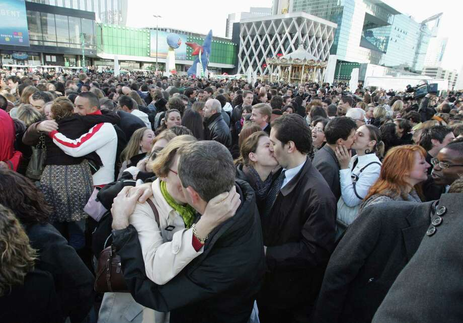 Two years later, on November 9, 2006, Parisian couples gathered for a new kissing couples record attempt. Photo: JACK GUEZ, AFP/Getty Images
