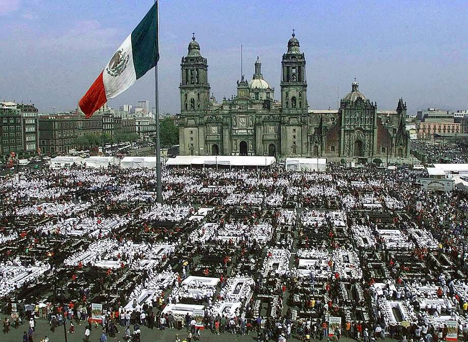The Mexican government organized this event with 10,000 chess matches in a record setting attempt on October 22, 2000 in Mexico City. Photo: RAMON CAVALLO, AFP/Getty Images / k