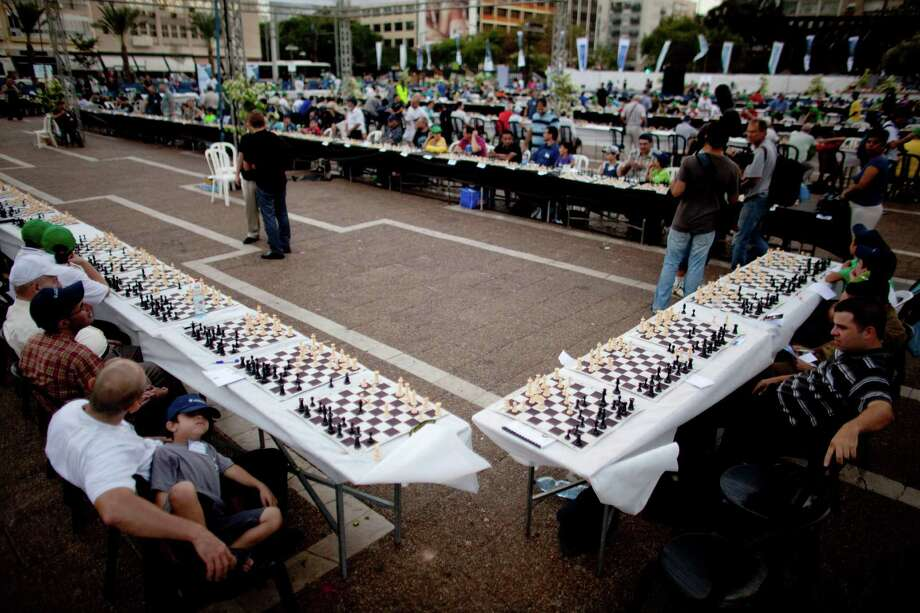 Israeli Grandmaster Alik Gershon took on hundreds in this record simultaneous chess attempt on October 21, 2010 in Tel Aviv. Photo: Uriel Sinai, Getty Images / k