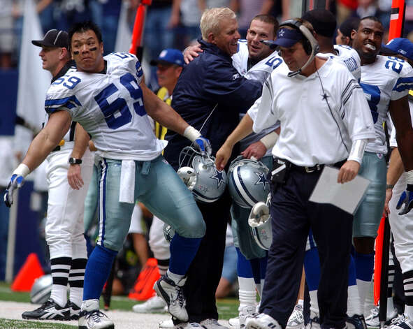 Cowboys coach Bill Parcells celebrates with players and coaches as the clock runs down in the second half Sunday, October 12, 2003 at Texas Stadium. The Cowboys beat the Eagles 23-21. AT left is Dat Nguyen (59). BAHRAM MARK SOBHANI/STAFF Photo: BAHRAM MARK SOBHANI, SAN ANTONIO EXPRESS-NEWS / SAN ANTONIO EXPRESS-NEWS