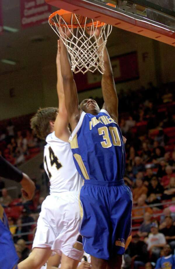 Ozen's Earnest Maize dunks the ball as Nederland's Colton Kimler defends at the Montagne Center at Lamar University in Beaumont, Tuesday, February 28, 2012. Tammy McKinley/The Enterprise Photo: TAMMY MCKINLEY