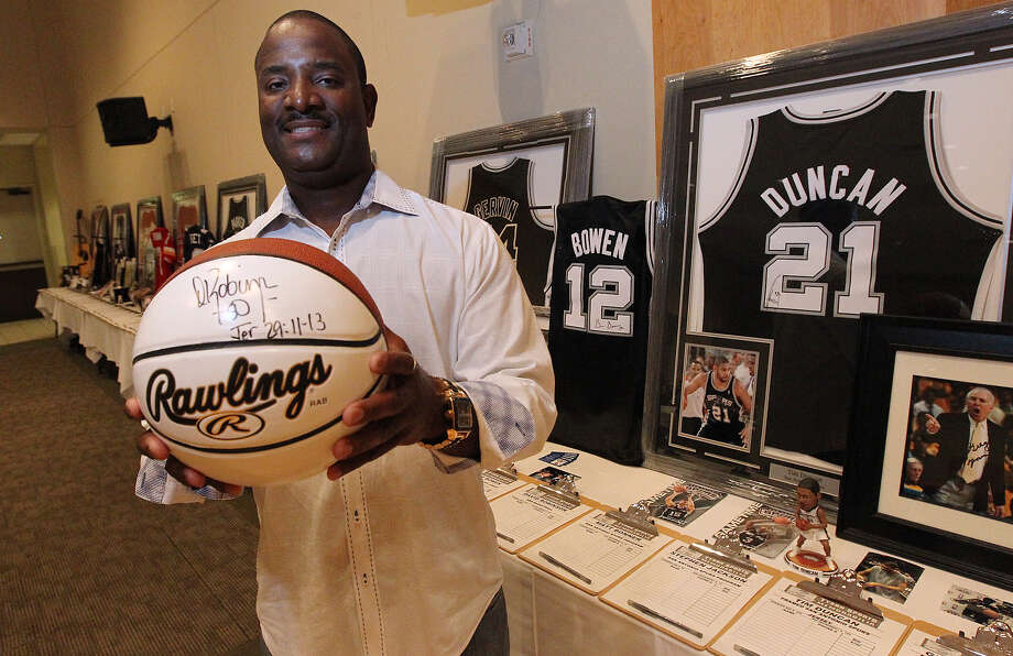 Autograph collector Chris Tyson holds a basketball signed by Spurs legend David Robinson. Photo: Kin Man Hui, San Antonio Express-News / ©2012 San Antonio Express-News