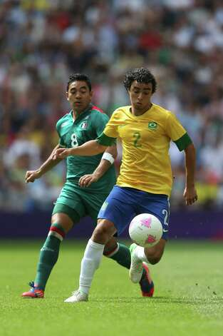 LONDON, ENGLAND - AUGUST 11: Marco Fabian of Mexico (L) battles for the ball with Rafael of Brazil during the Men's Football Final between Brazil and Mexico on Day 15 of the London 2012 Olympic Games at Wembley Stadium on August 11, 2012 in London, England. Photo: Julian Finney, Getty Images / 2012 Getty Images
