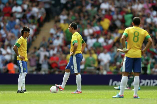 LONDON, ENGLAND - AUGUST 11: Leandro Damiao (C) of Brazil shows his dejection as he waits to re-start  during the Men's Football Final between Brazil and Mexico on Day 15 of the London 2012 Olympic Games at Wembley Stadium on August 11, 2012 in London, England. Photo: Julian Finney, Getty Images / 2012 Getty Images
