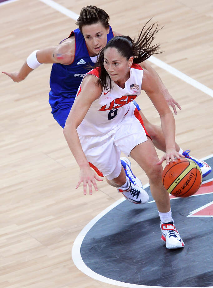 Sue Bird  challenges French guard Celine Dumerc. Photo: MIGUEL MEDINA, Getty / 2012 AFP