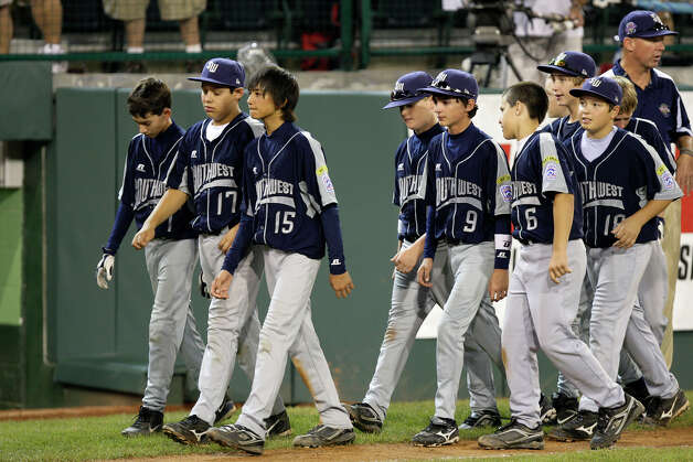 McAllister Park Little League lines up to congratulate Chula Vista, Calif., after they won 12-2, in the U.S. Championship game of the 2009 Little League World Series on Saturday, Aug. 29, 2009 in South Williamsport, Pa. Photo: Jerry Lara, San Antonio Express-News / glara@express-news.net