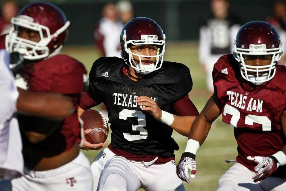 Jameill Showers (center) served as A&M's backup quarterback to Johnny Manziel this past season. Photo: Michael Paulsen, Houston Chronicle / © 2011 Houston Chronicle