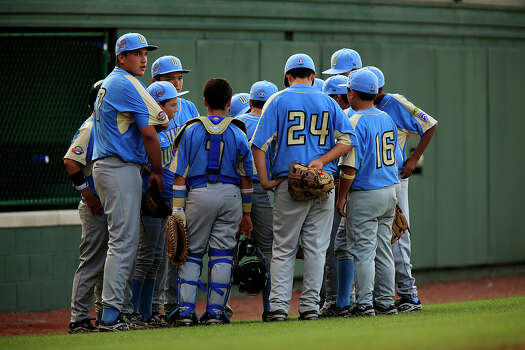 Park View pitcher Luke Ramirez (left) towers over teammates during a huddle as they takes on Peabody Western Little League, in the 2009 Little League Baseball World Series in South Williamsport, Pa., Sunday, Aug. 23, 2009. Photo: Jerry Lara, San Antonio Express-News / glara@express-news.net