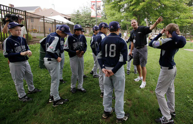 Photographer Jim Hazen gives instruction to the McAllister Park Little League team after their official team photo by Howard J. Lamade Stadium in South Williamsport, Pa., Thursday, Aug. 20, 2009. Photo: Jerry Lara, San Antonio Express-News / glara@express-news.net