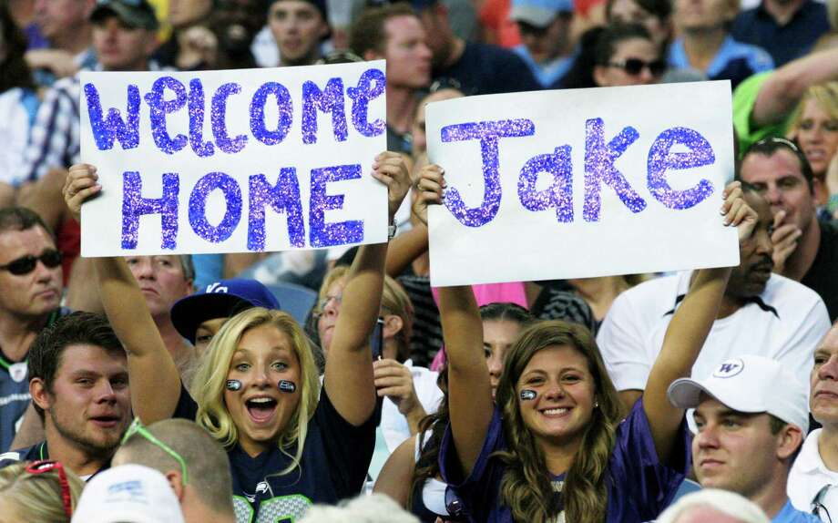 Fans of Tennessee Titans quarterback Jake Locker, who played at the University of Washington, cheer Saturday. Photo: Ap