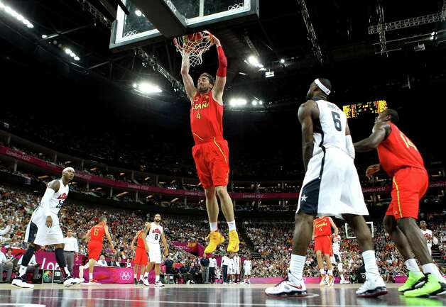 LONDON, ENGLAND - AUGUST 12: Pau Gasol #4 of Spain slam dunks during the Men's Basketball gold medal game between the United States and Spain on Day 16 of the London 2012 Olympics Games at North Greenwich Arena on August 12, 2012 in London, England. Photo: Christian Petersen, Getty Images / 2012 Getty Images