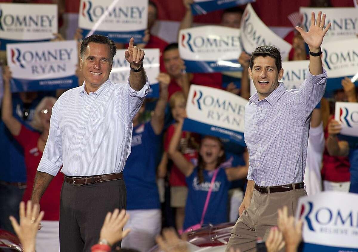 El aspirante republicano a la presidencia Mitt Romney, izquierda, y su compañero para vicepresidente, el legislador Paul Ryan, llegan a un acto de campaña el domingo 12 de agosto de 2012 en Carolina del Norte. (Foto AP/Jason E. Miczek)