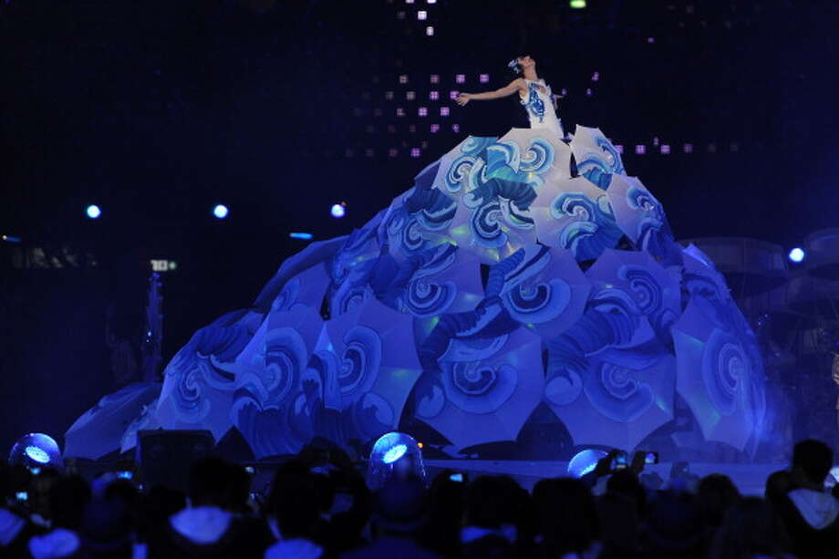 Singer Marisa Monte performs as Rio the next host city makes it's presentation during the Closing Ceremony. Photo: Getty Images