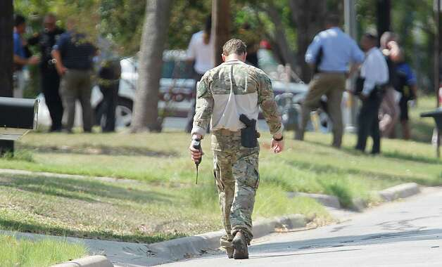 A SWAT officer walks to the scene where a gunman opened fire near the Texas A&M univerity on Monday, Aug. 13, 2012, in College Station. Photo: Mayra Beltran, Houston Chronicle / © 2012 Houston Chronicle