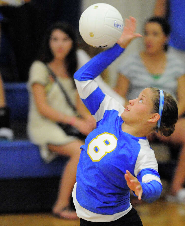 Alamo Heights' Julia Hogan serves during a 25-21, 23-25, 25-23, 25-15 win over Antonian as teams around the area got started Monday. Photo: Darren Abate, For The Express-News