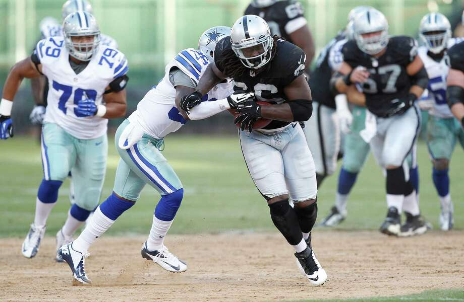 Oakland Raiders tight end David Ausberry (86) runs against the Dallas Cowboys during the second half of an NFL preseason football game in Oakland, Calif., Monday, Aug. 13, 2012. (AP Photo/Tony Avelar) Photo: Tony Avelar, Associated Press / FR155217 AP