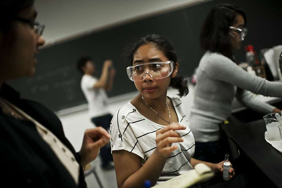 Siti Dyannie takes part in a chemistry lab at Diablo Valley College. The Indonesian native is eager to apply for a deferment. Photo: Yue Wu, The Chronicle