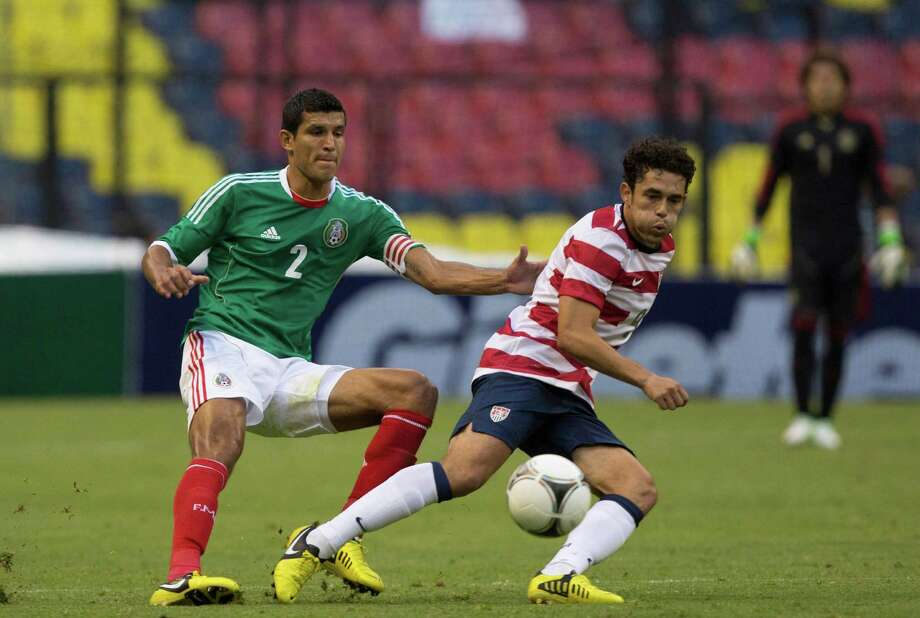 Javier Rodriguez  of Mexico fights for the ball with Herculez Gomez of the United States. Photo: Miguel Tovar, Getty Images / 2012 Getty Images