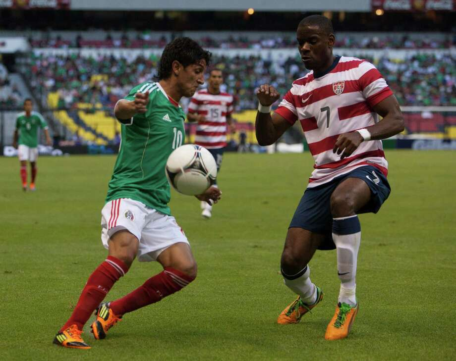 Angel Reina of Mexico fights for the ball with Edu Maurice. Photo: Miguel Tovar, Getty Images / 2012 Getty Images