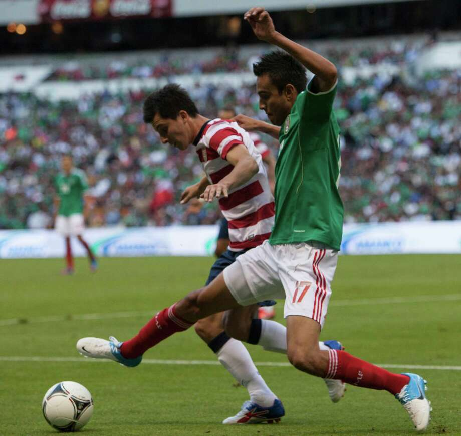 Jesus Zavala of Mexico fights for the ball with Jose Torres of the United States. Photo: Miguel Tovar, Getty Images / 2012 Getty Images