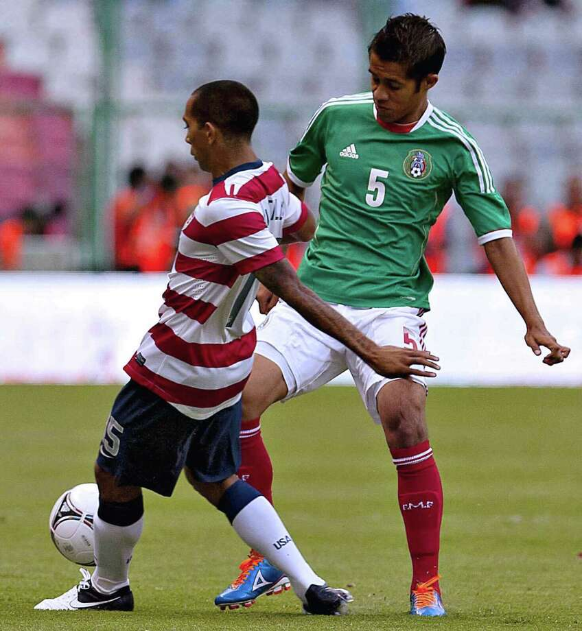 Edgar Castillo,left, of USA vies for the ball with Severo Meza of Mexico. Photo: ROBERTO MAYA, AFP/Getty Images / AFP