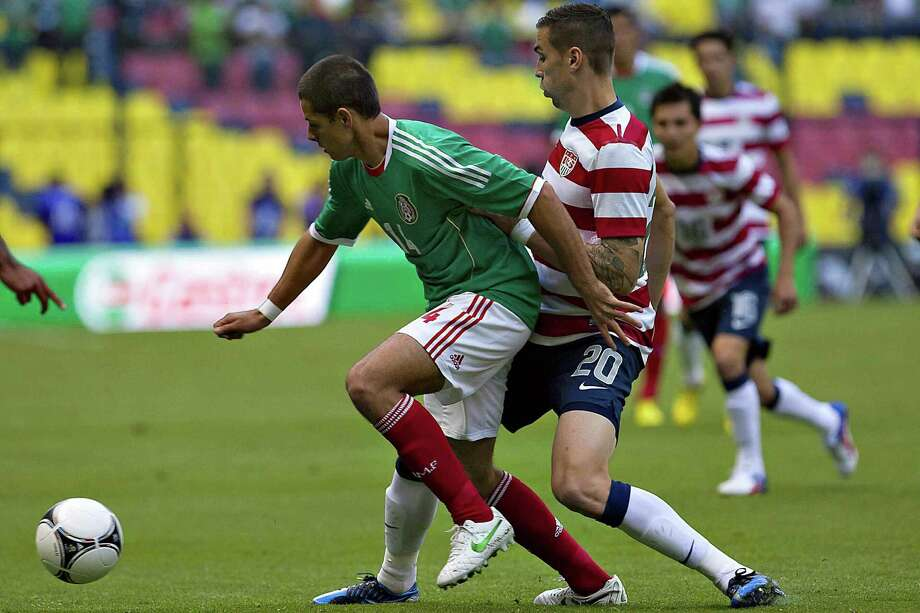 Javier Hernandez, left, of Mexico vies for the ball with Geoff Cameron of USA. Photo: ROBERTO MAYA, AFP/Getty Images / AFP
