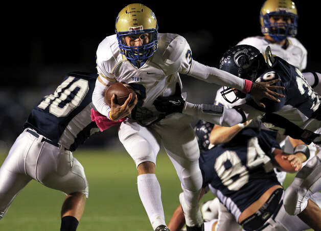 Antler quarterback Johnny Manziel leaves tacklers behind as Boerne Champion loses to Kerrville Tivy 56-24 at Greyhound Stadium in Boerne on Oct. 29, 2010. Photo: Tom Reel, San Antonio Express-News / © 2010 San Antonio Express-News