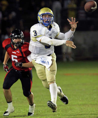 Johnny Manziel gets a pass off on the run as Lake Travis hosts Kerville Tivy at Lake Travis Stadium on September 17, 2010. Photo: Tom Reel, San Antonio Express-News / © 2010 San Antonio Express-News