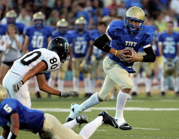 Kerrville Tivy quarterback Johnny Manziel (03) runs from Steele's Fred Villalobos (80) in football in Kerrville, Texas on Friday, Sept. 10, 2010. Photo: Kin Man Hui, San Antonio Express-News / San Antonio Express-News