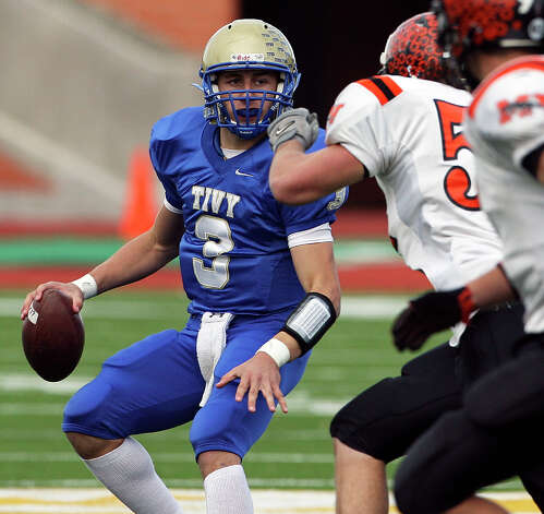 Johnny Manziel sets to throw. Kerrville Tivy plays Medina Valley in playoff action at Heroes Stadium on Nov. 27, 2009. Photo: Tom Reel, San Antonio Express-News / treel@express-news.net