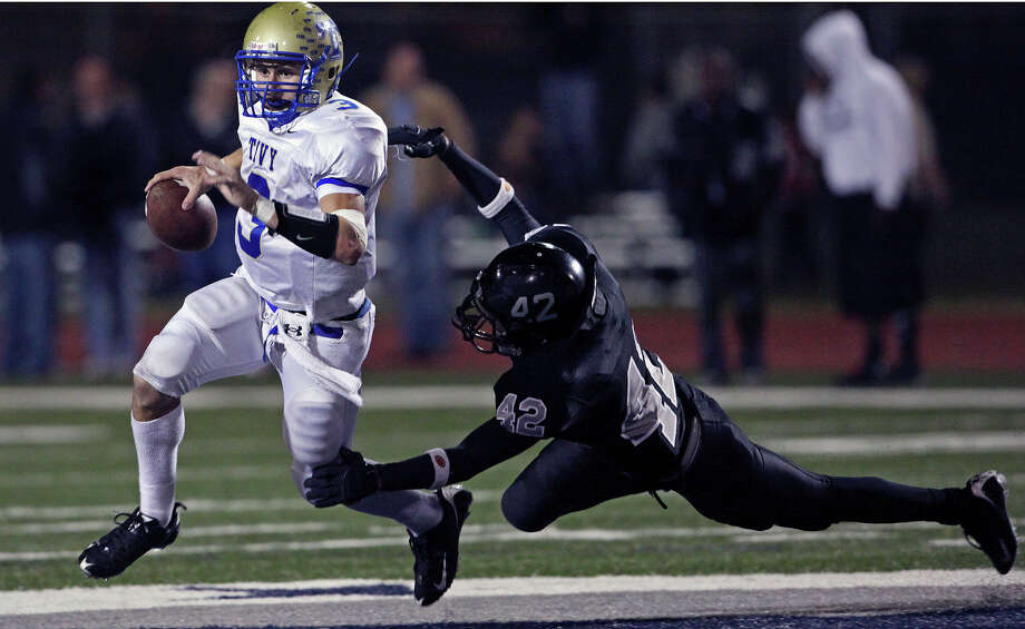 Antler quarterback Johnny Manziel gets away from diving Knight defender Derrick Whitfield as Steele plays Kerrville Tivy at Lehnhoff Stadium in Schertz on Friday, October 23, 2009. Photo: Tom Reel, San Antonio Express-News / treel@express-news.net