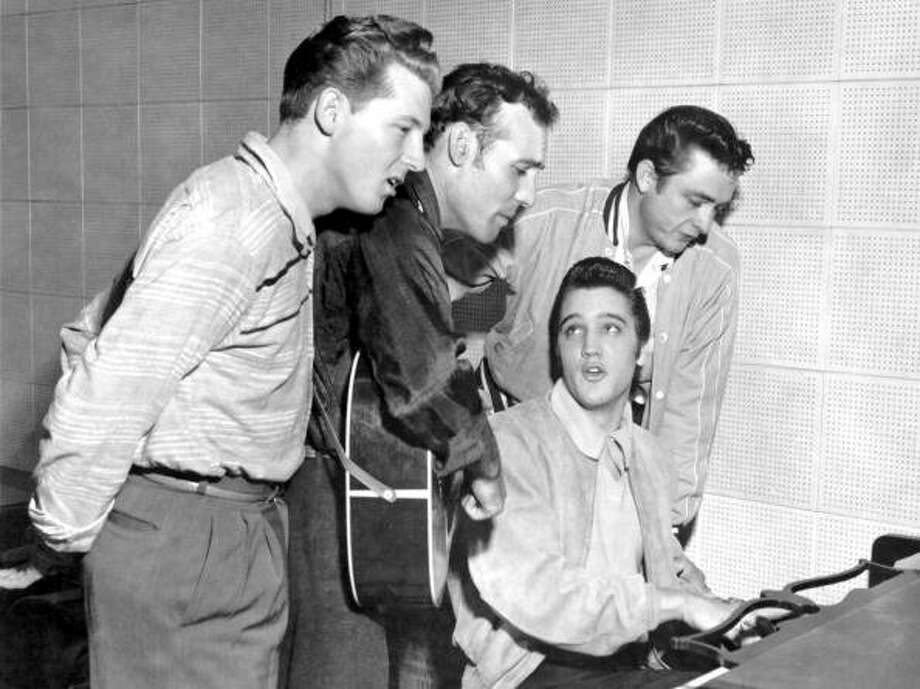 Photo of Elvis Presley with The Million Dollar Quartet during a Jam session at Sun Studios. Left to right Jerry Lee Lewis, Carl Perkins, Elvis Presley, Johnnie Cash. (Photo by Michael Ochs Archives/Getty Images)