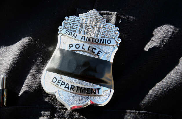 METRO: San Antonio Police officers wore black tape over their badges in honor of Officer Robert Davis who died Monday after he was hit by another officerÕs patrol vehicle Friday while clearing roadway flares at the scene of a traffic accident. HELEN L. MONTOYA/hmontoya@express-news.net Photo: HELEN L. MONTOYA, SAN ANTONIO EXPRESS-NEWS / hmontoya@express-news.net