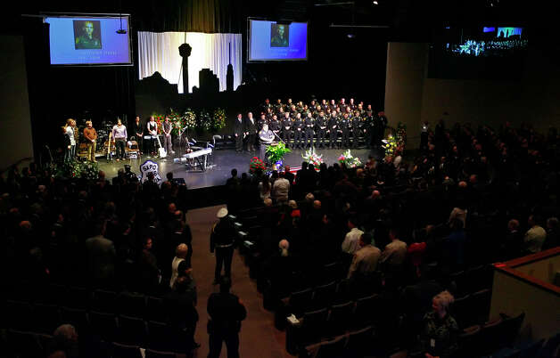Funeral services for San Antonio Police officer Robert Davis at Bandera Road Community Church gathered Davis' family members, police officers from throughout the area as well as members of the City Council on December 4, 2008. Kin Man Hui/kmhui@express-news.net Photo: KIN MAN HUI, San Antonio Express-News / San Antonio Express-News
