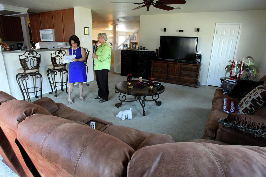Real estate broker and consultant Alicia Bosch-Kiser, left, and feng shui practitioner Alison Schockner discuss improvements that could be made to speed up the sale of a home. Photo: John Davenport, San Antonio Express-News / John Davenport/San Antonio Expre