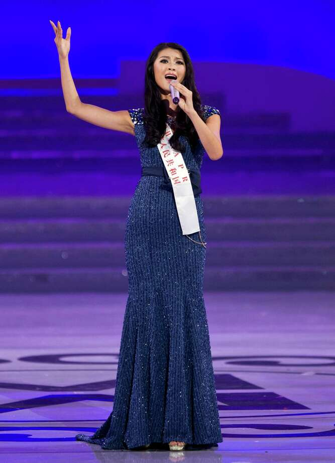 Newly crowned Yu Wenxia of China sings on stage. Photo: AP
