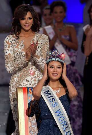 Miss World winner Yu Wenxia of China reacts after crowned by Miss World 2011, Ivian Lunasol Sarcos Colmenares of Venezuela, behind. Photo: AP