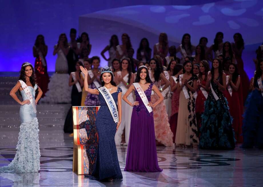 Newly crowned Miss World Yu Wenxia of China, center, waves, flanked by first runner-up Miss Wales Sophie Moulds, left, and second runner-up Miss Australia Jessica Kahawaty, right. Photo: AP