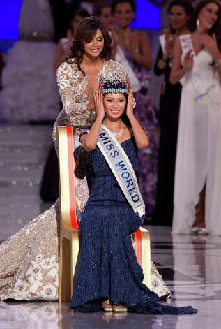 Miss World 2011, Ivian Lunasol Sarcos Colmenares of Venezuela, behind, crowns Yu Wenxia of China as Miss World 2012. Photo: AP