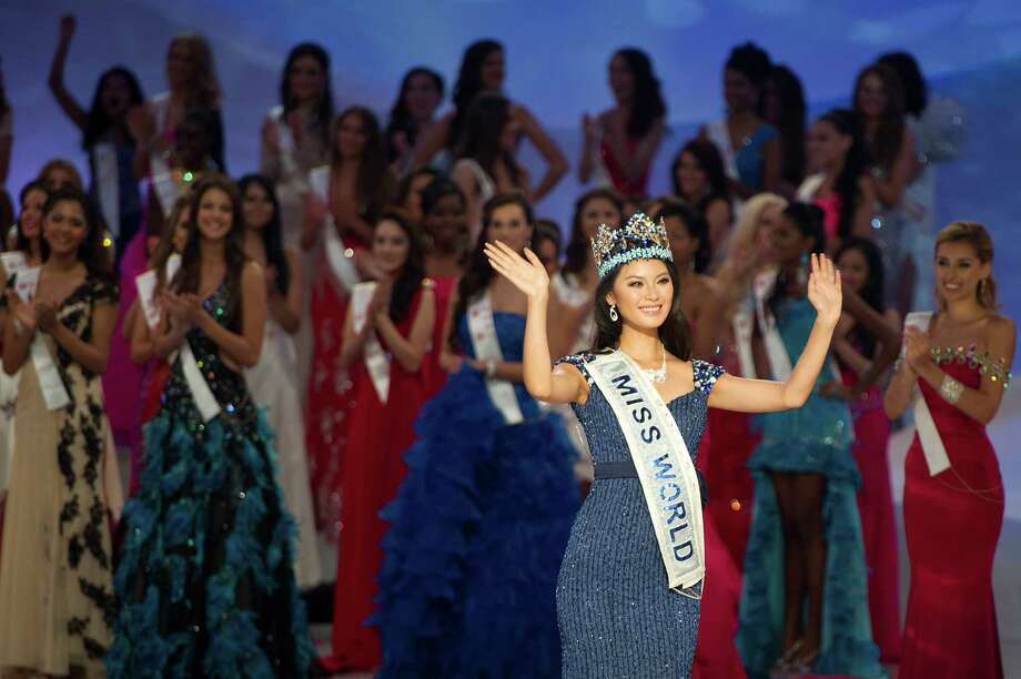 Yu Wenxia (right) of China waves to the audience after being crowned the winner of Miss World 2012. Photo: ED JONES, AFP/Getty Images / 2012 AFP