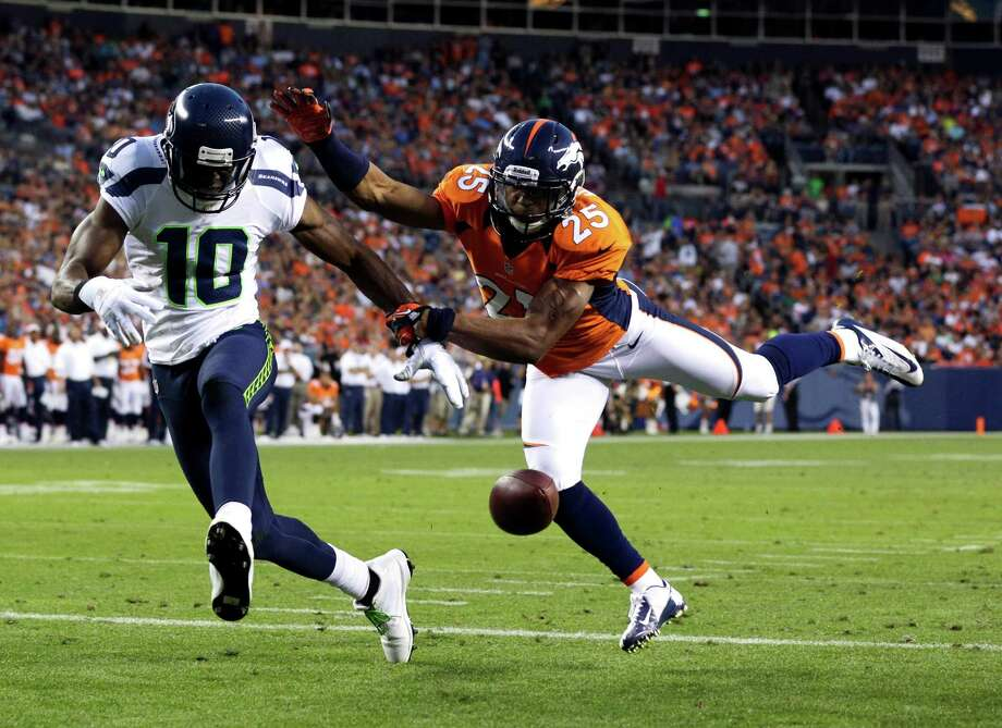 Denver Broncos' Chris Harris (25) breaks up a pass intended for Seattle Seahawks' Terrell Owens (10). Photo: AP