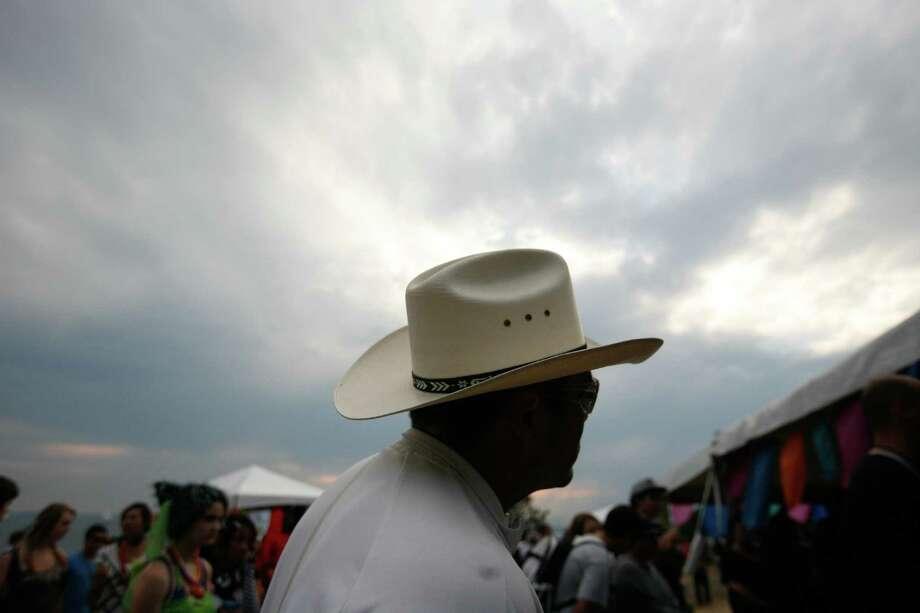 As the sun sets Ray Marines' hat is illuminated by the radiant sky. Photo: Sofia Jaramillo / SEATTLEPI.COM