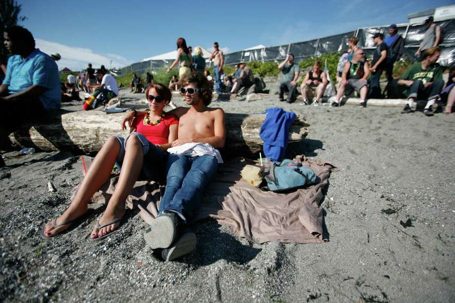 Darci Ross and David Bradbury relax on the beach. Photo: Sofia Jaramillo / SEATTLEPI.COM